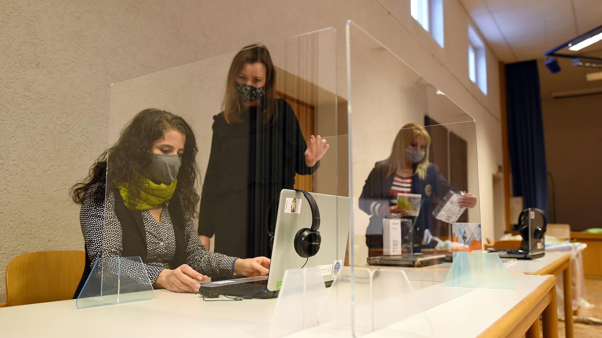 Computerarbeitsplätze in einem Gemeindesaal in Ehrenfeld für Schüler.